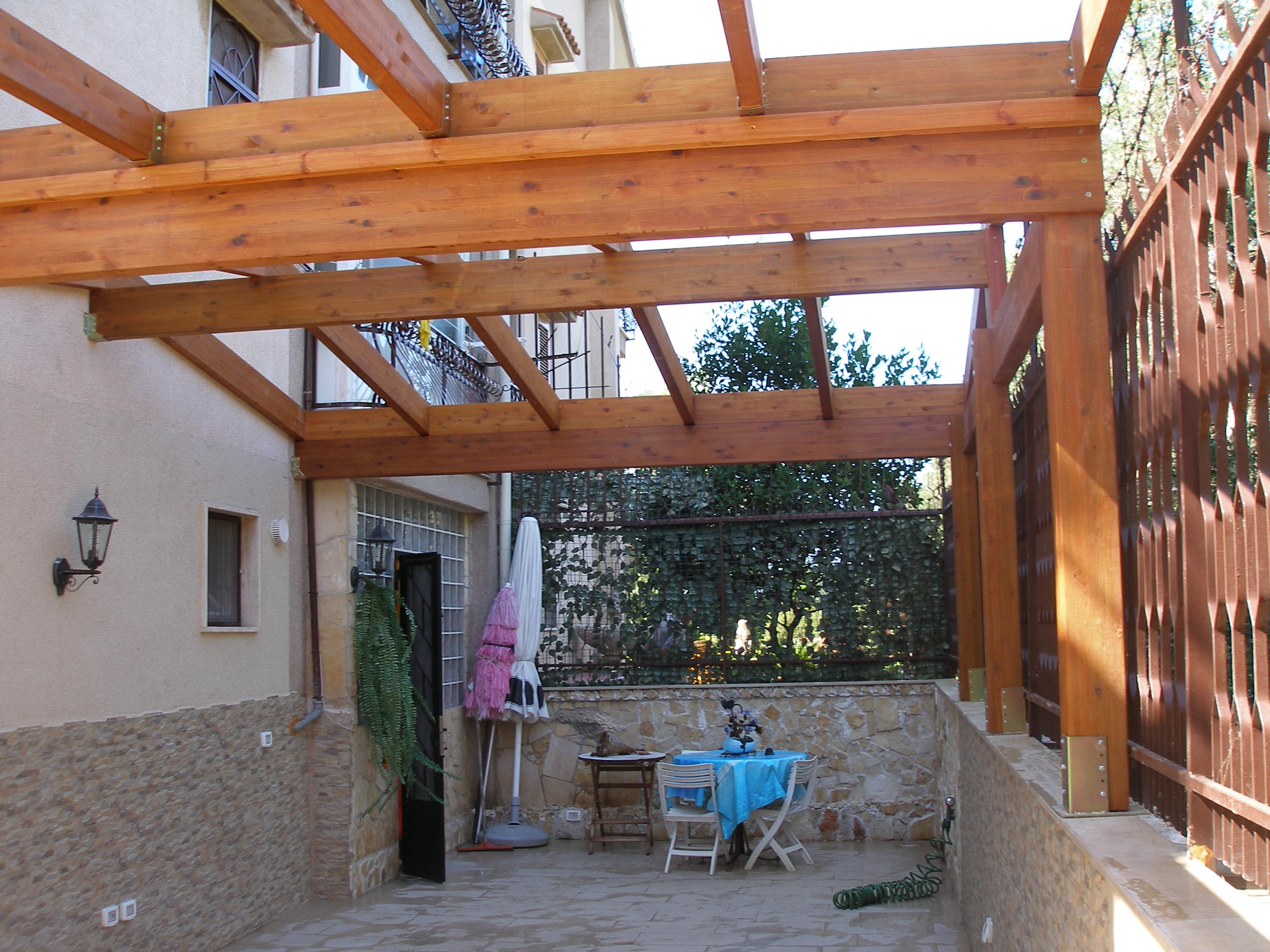 Copertura a due falde con lucernari for Lucernari per tetti in legno