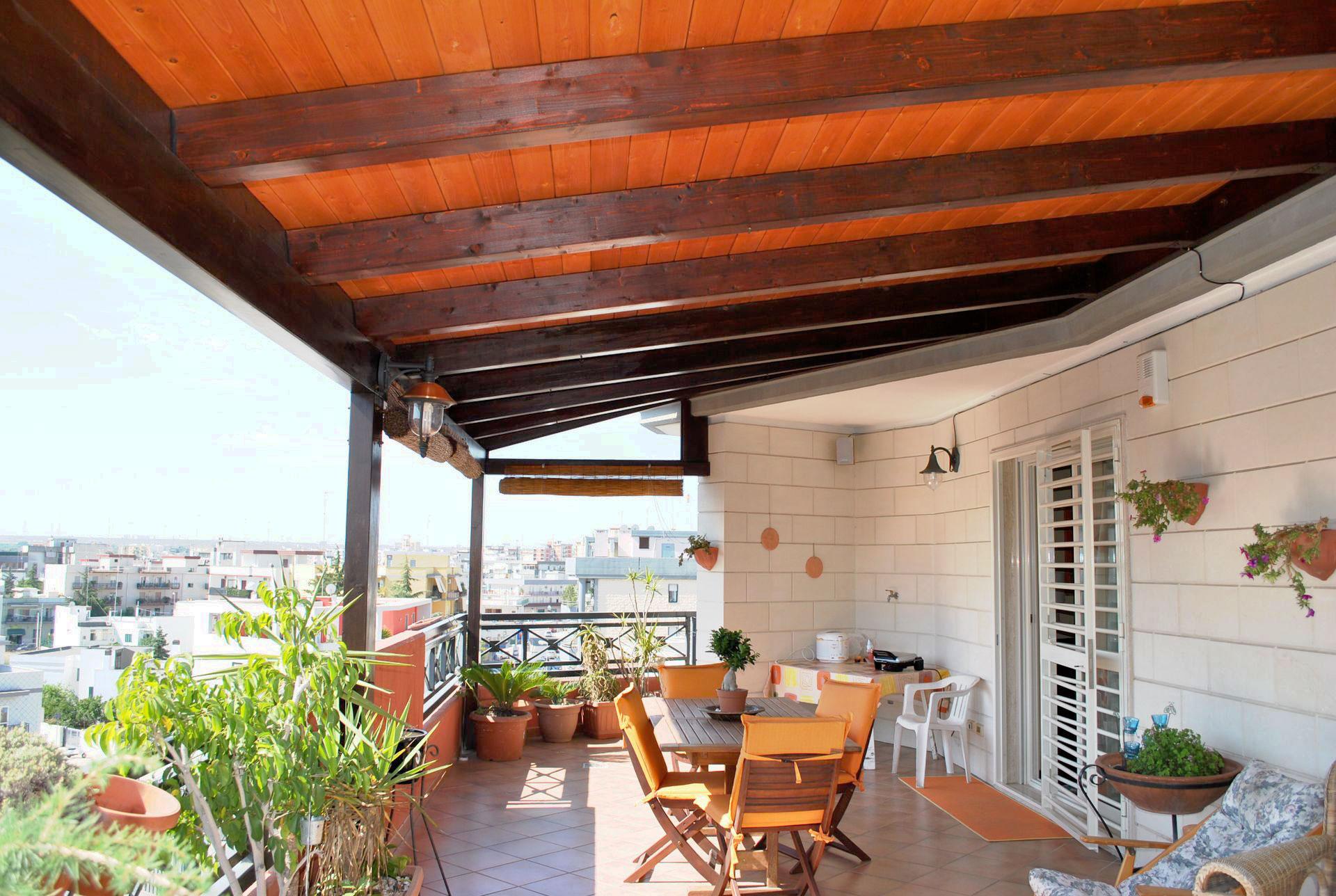 Copertura a due falde con lucernari for Mobili da terrazzo in legno